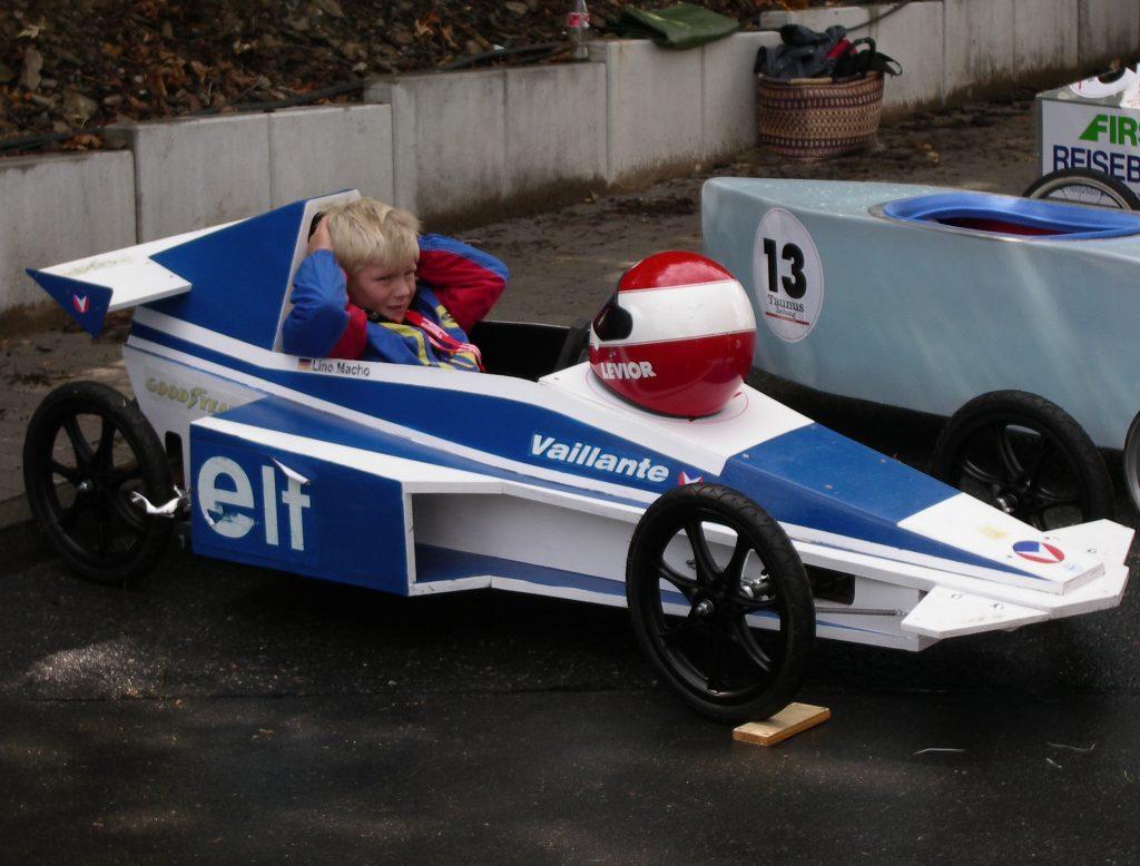 Formel-1 Seifenkiste im Fahrerlager